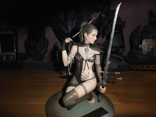 Luis Royo staty Touch of ice