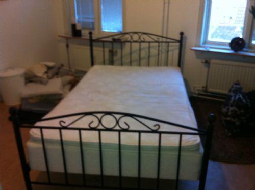 120 säng med sängram i metall möbler